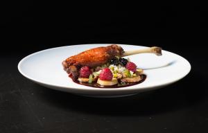 Plat restaurant Duplex Lisbonna - Cuisse de canard aux framboises, pistaches et vin de Porto