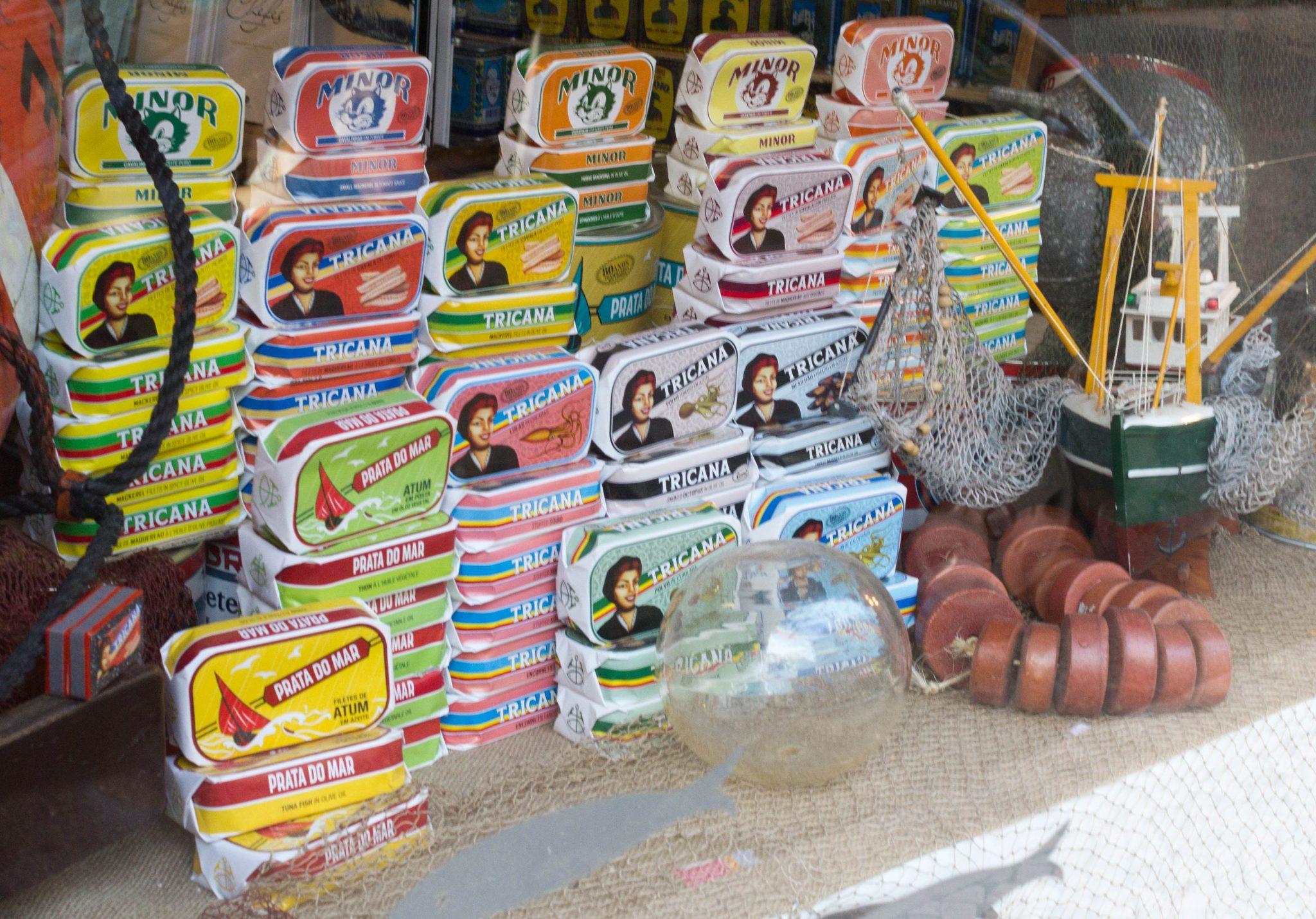 Vitrine-Conserveira-de-Lisboa-Vente-conserves-de-sardines-et-poissons-Lisbonne